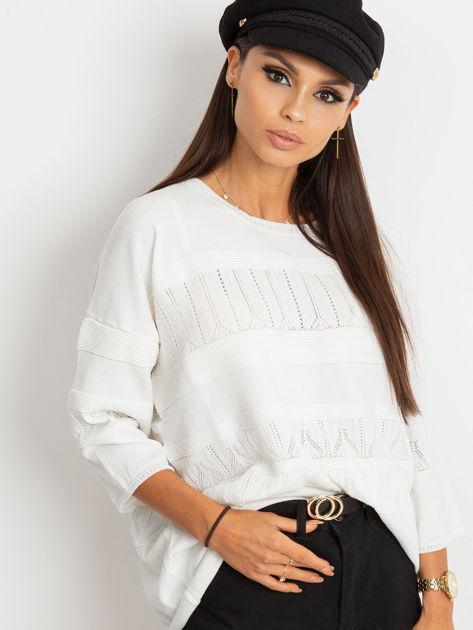 Biały sweter w delikatny wzór                                  zdj.                                  1