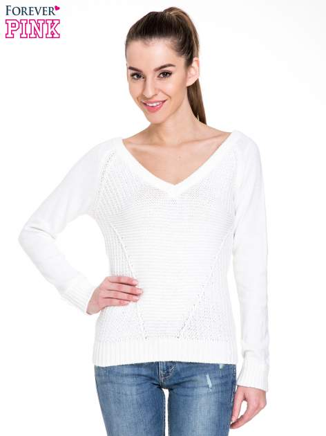 Biały sweter z dwustronnym dekoltem w serek