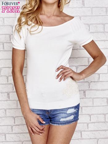 Biały sweterek z opadającymi ramionami