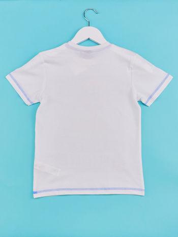 Biały t-shirt chłopięcy z nadrukiem LET'S GO FOR HOLIDAY                                  zdj.                                  2