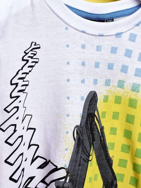 Biały t-shirt chłopięcy z nadrukiem koparki                                  zdj.                                  6