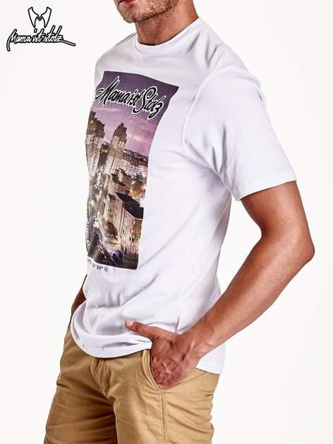 Biały t-shirt męski ze zdjęciem miasta                                  zdj.                                  5