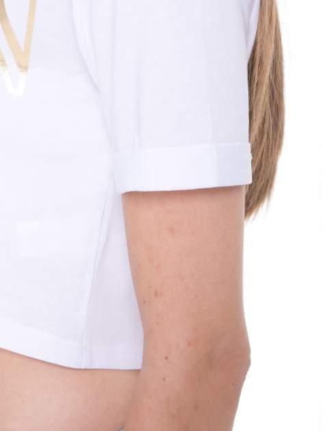 Biały t-shirt typu crop top ze złotym napisem BALLIN PARIS                                  zdj.                                  8