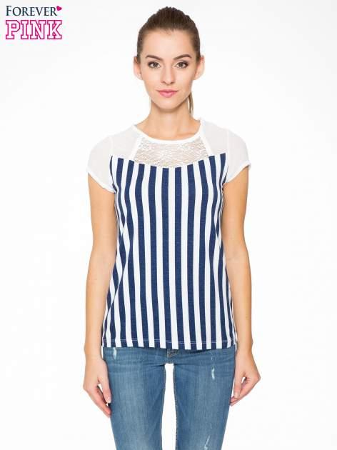 Biały t-shirt w paski z ażurowym karczkiem                                  zdj.                                  1