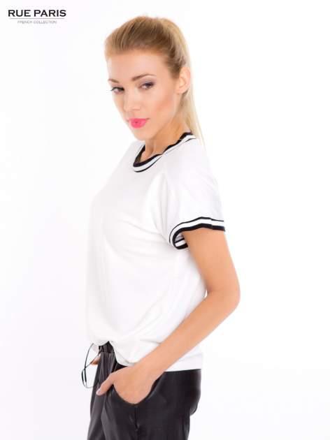 Biały t-shirt w stylu tenis chic                                  zdj.                                  3