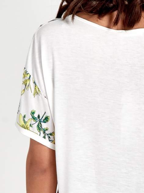 Biały t-shirt we wzór roślinny                                  zdj.                                  6