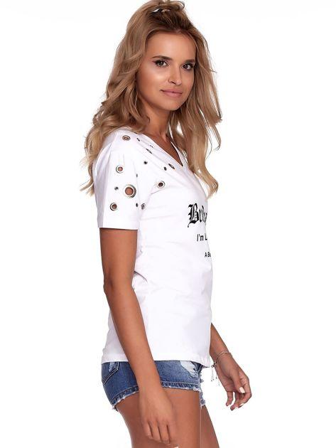 Biały t-shirt z ażurowymi kółeczkami i napisem                              zdj.                              3