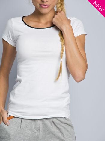 Biały t-shirt z czarną lamówką przy dekolcie                                  zdj.                                  2