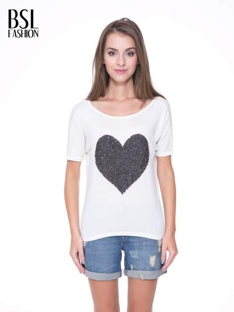 Biały t-shirt z czarnym sercem z cekinów                                  zdj.                                  1