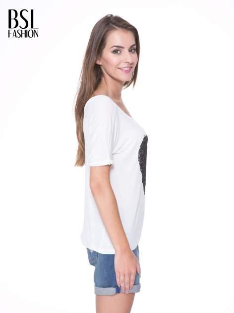 Biały t-shirt z czarnym sercem z cekinów                                  zdj.                                  3
