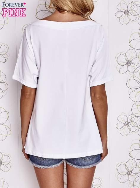Biały t-shirt z dekoltem w łódkę                                  zdj.                                  4