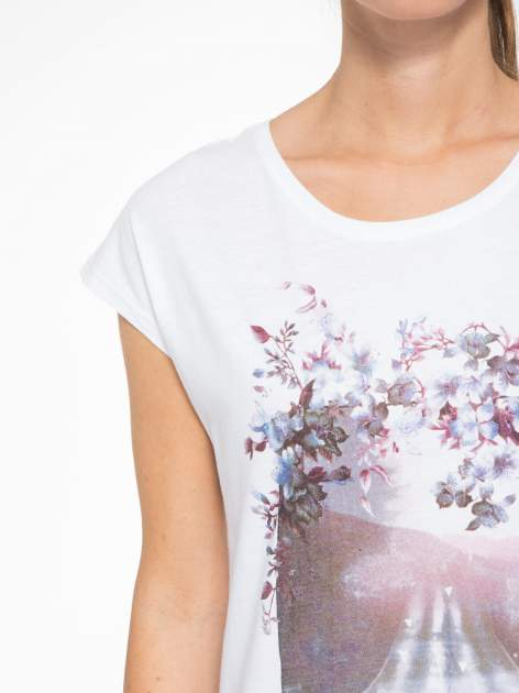 Biały t-shirt z fotografią drogi i napisem ADVENTURE                                  zdj.                                  6