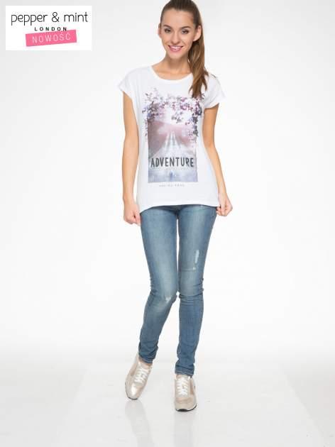 Biały t-shirt z fotografią drogi i napisem ADVENTURE                                  zdj.                                  5