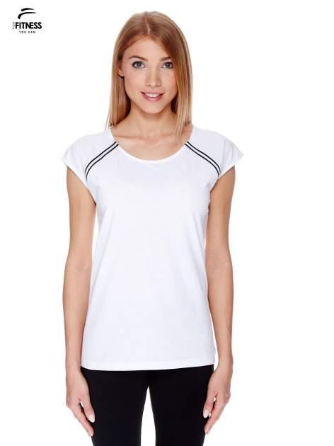 Biały t-shirt z kontrastowym przeszyciem przy rękawach