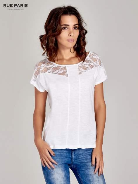 Biały t-shirt z koronkową aplikacją na górze                                  zdj.                                  1