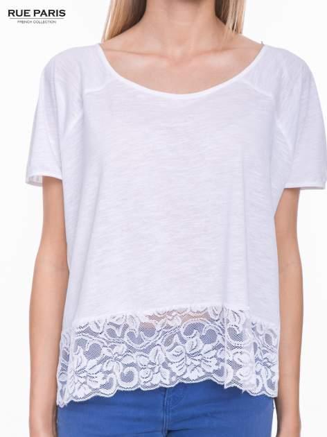 Biały t-shirt z koronkowym dołem                                  zdj.                                  5