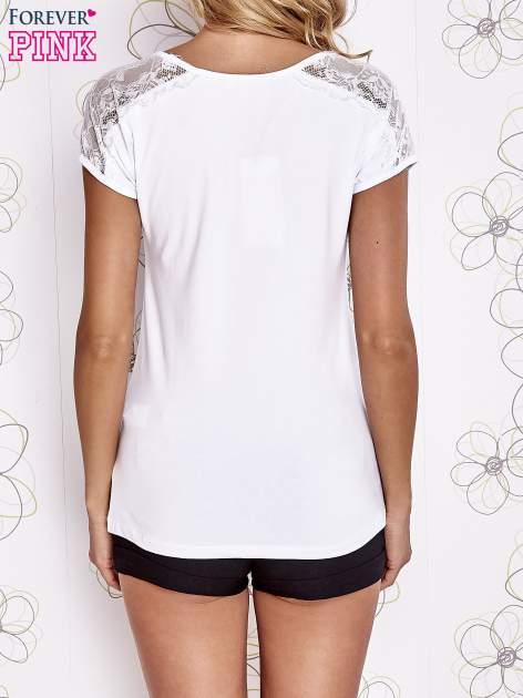 Biały t-shirt z koronkowym wykończeniem rękawów                                  zdj.                                  4