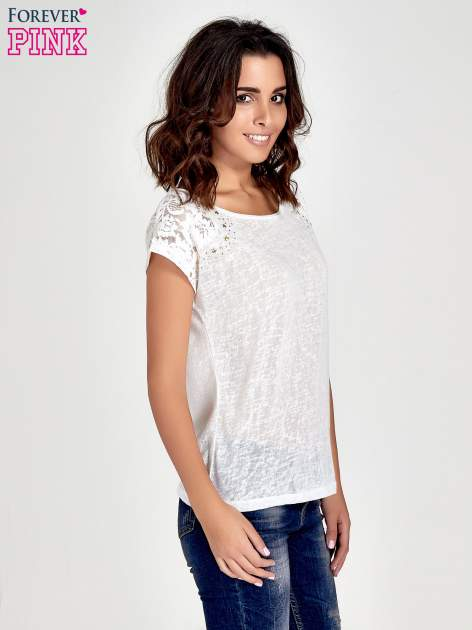 Biały t-shirt z koronkowymi rękawami i gwiazdkami                                  zdj.                                  3