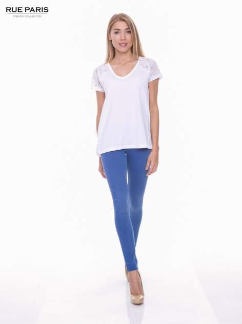 Biały t-shirt z koronkowymi rękawami i szyfonowym tyłem                                  zdj.                                  4