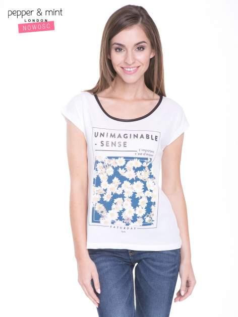 Biały t-shirt z kwiatowym nadrukiem i napisem UNIMAGINABLE SENSE                                  zdj.                                  1