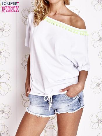 Biały t-shirt z limonkowymi pomponikami przy dekolcie                                  zdj.                                  1