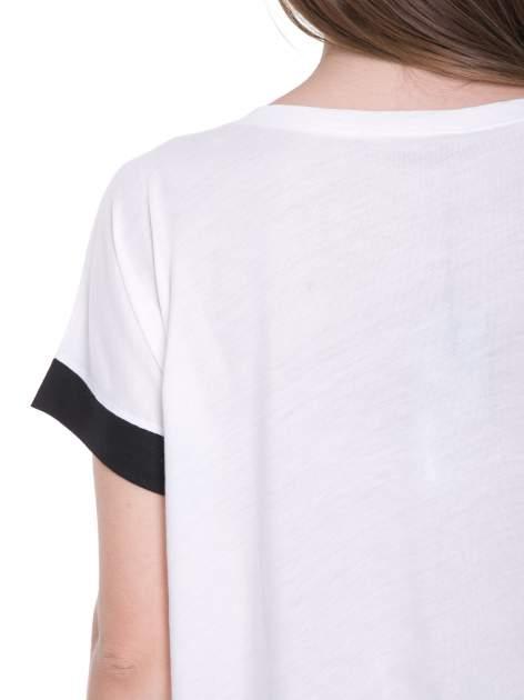 Biały t-shirt z literą B i kontrastowymi rękawami w stylu baseballowym                                  zdj.                                  9