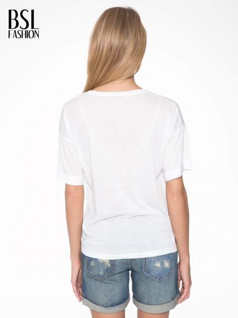 Biały t-shirt z motywem religijnym                                  zdj.                                  4