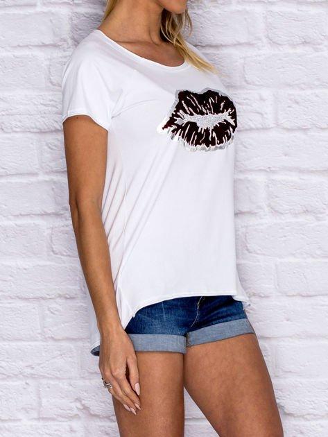 Biały t-shirt z motywem ust                                  zdj.                                  3