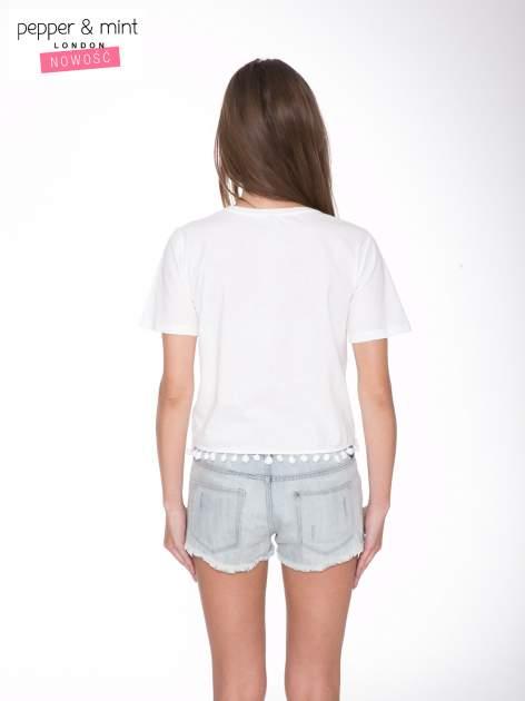 Biały t-shirt z nadrukiem CUTE i pomponami w stylu etno                                  zdj.                                  4