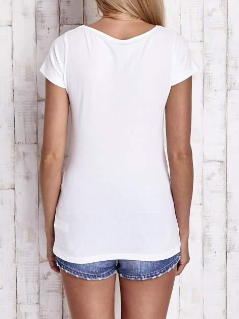 Biały t-shirt z nadrukiem DAISY                                  zdj.                                  2