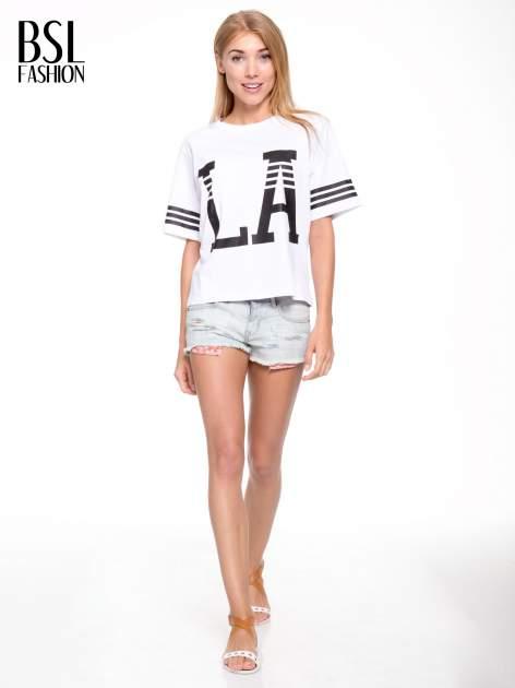 Biały t-shirt z nadrukiem LA w baseballowym stylu                                  zdj.                                  5