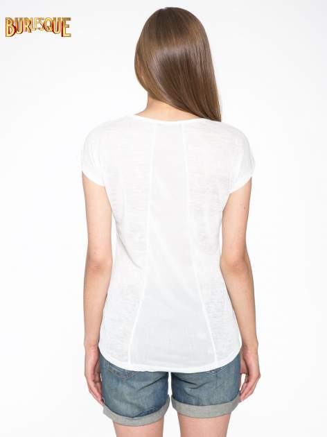 Biały t-shirt z nadrukiem UNIVERSITY FORVER                                  zdj.                                  4