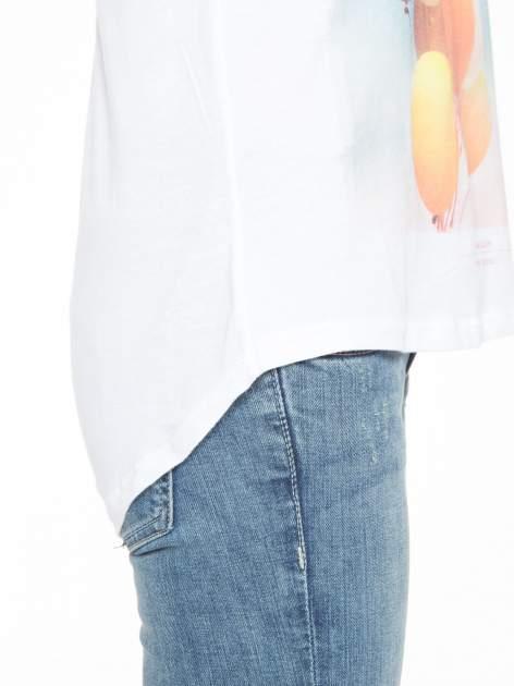 Biały t-shirt z nadrukiem balonów                                  zdj.                                  6