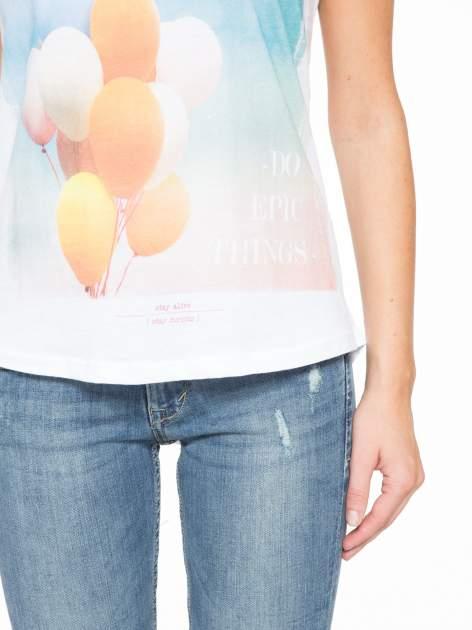 Biały t-shirt z nadrukiem balonów                                  zdj.                                  8
