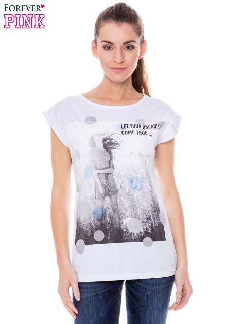 Biały t-shirt z nadrukiem dziewczyny                                  zdj.                                  1