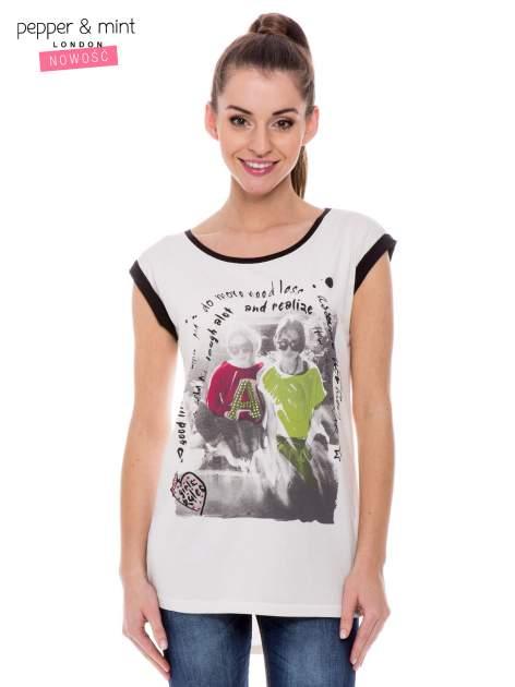 Biały t-shirt z nadrukiem i czarną lamówką