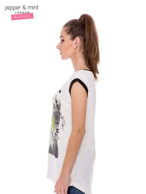Biały t-shirt z nadrukiem i czarną lamówką                                  zdj.                                  3