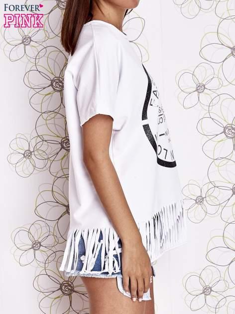 Biały t-shirt z nadrukiem i frędzlami                                  zdj.                                  3