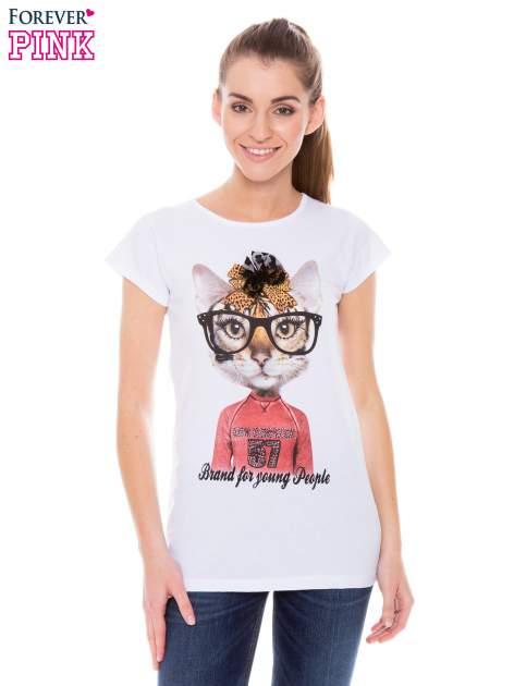 Biały  t-shirt z nadrukiem kotki w nerdach