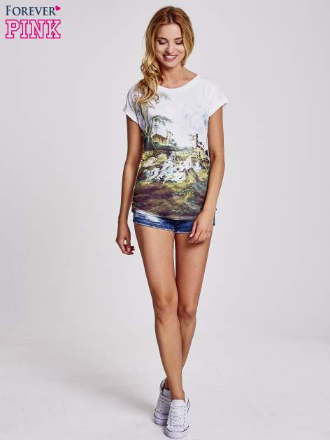 Biały t-shirt z nadrukiem krajobrazowym                                  zdj.                                  4