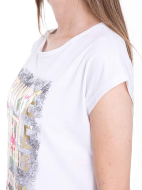 Biały t-shirt z nadrukiem kwiatowym i złotym napisem GRUNGE                                  zdj.                                  7