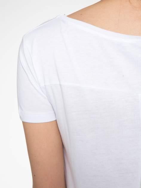 Biały t-shirt z nadrukiem stokrotki z dżetami                                  zdj.                                  10
