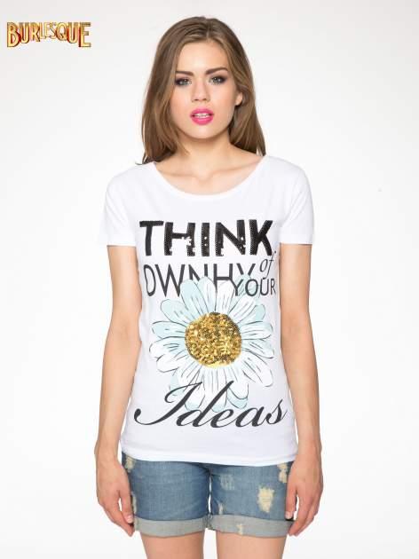 Biały t-shirt z nadrukiem stokrotki z dżetami                                  zdj.                                  11