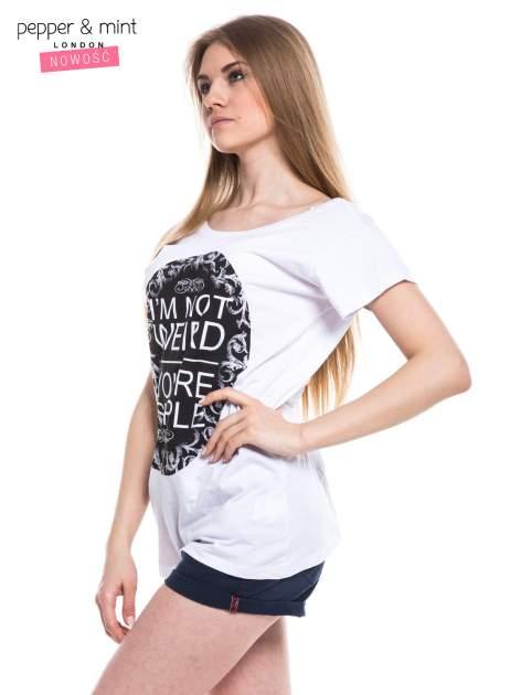 Biały t-shirt z nadrukiem tekstowym i dekoltem na plecach                                  zdj.                                  2