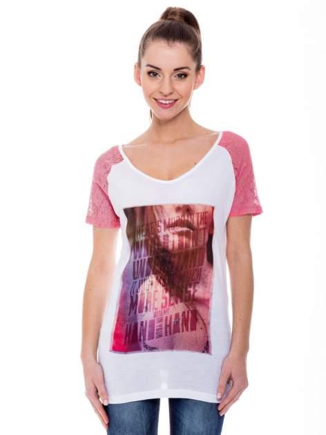 Biały t-shirt z nadrukiem twarzy i fuksjowymi koronkowymi rękawami                                  zdj.                                  1