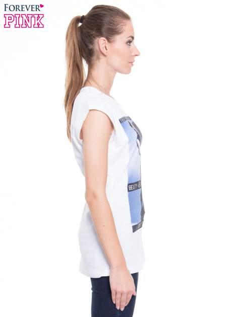Biały t-shirt z nadrukiem w stylu high fashion                                  zdj.                                  2