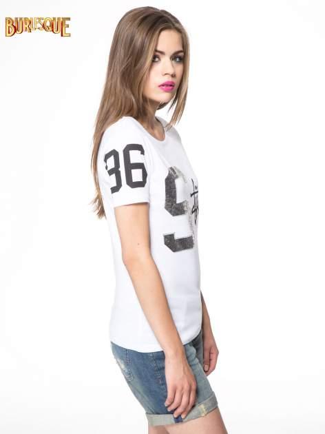 Biały t-shirt z nadrukiem z cekinami                                  zdj.                                  3