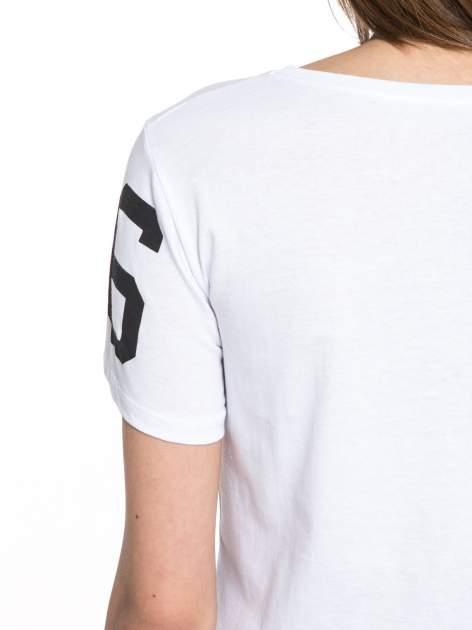Biały t-shirt z nadrukiem z cekinami                                  zdj.                                  9