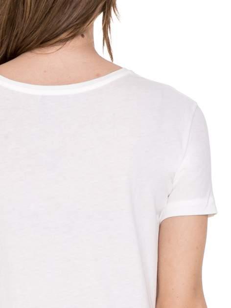 Biały t-shirt z nadrukiem złamanego serca                                  zdj.                                  6