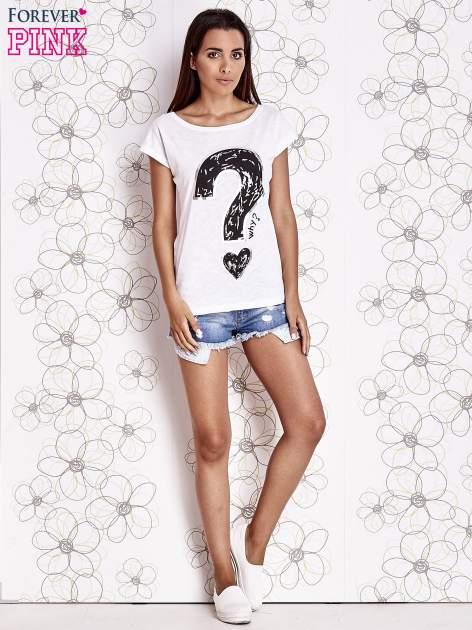 Biały t-shirt z nadrukiem znaku zapytania                                  zdj.                                  2